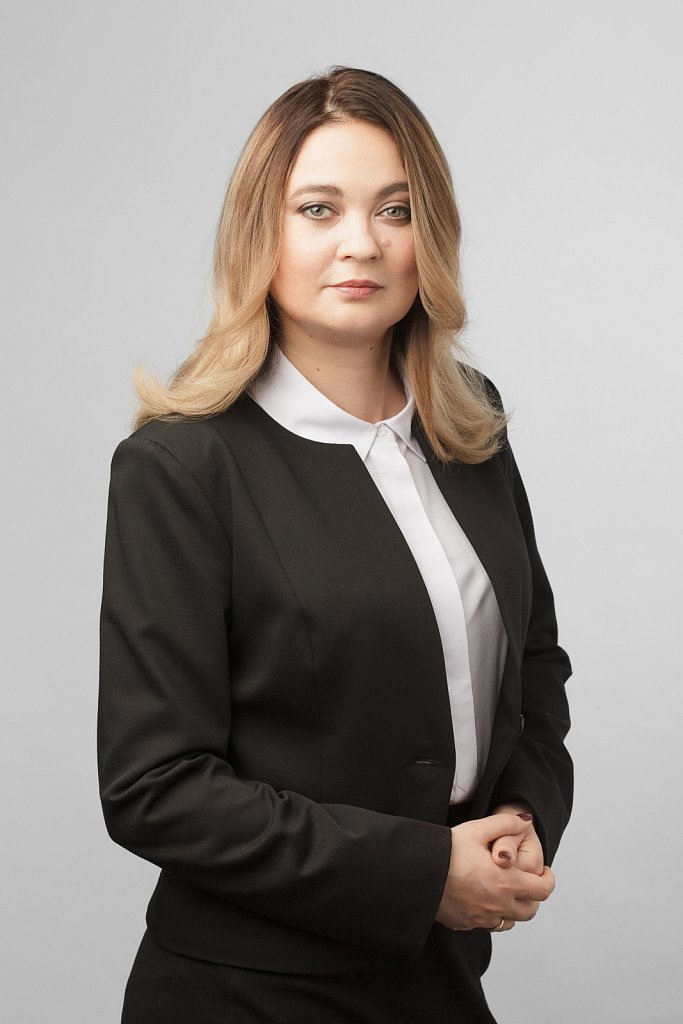 Женский деловой портрет для журнальной публикации